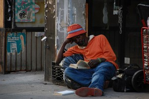 man leest boek